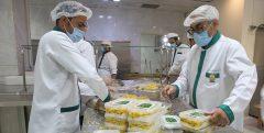 طبخ ۲۵۰ هزار پرس غذای حضرتی در روزهای آخر صفر/ وقتی عشق امام رئوف سختی خدمت را آسان میکند